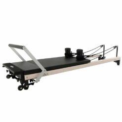 """Le reformer Align Pilates C2-Pro Wood effect est identique au C2-Pro à cela mais à la différence de celui ci, il est enduitd'un revêtement spécialpourpour donner un """"effet bois"""""""