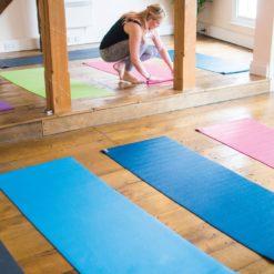 Cours de Yoga avec tapis éco Warrior 2 by Stelvoren